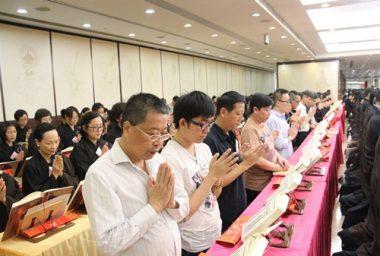 鄧景謙,修讀理工大學政治及公共行政學四年,跟家人一起為往生了的外公拜懺,不太認識佛教,然而知道佛教非一般的民間信仰。(人間社記者葉偉炳拍攝)