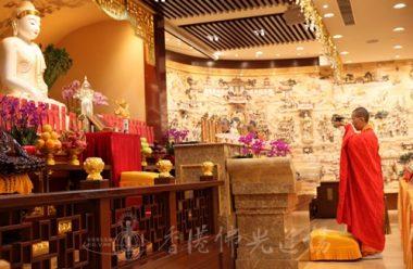 香港佛光道場住持永富法師恭對佛前,帶領大眾一起禮懺。(人間社記者黃偉強拍攝)