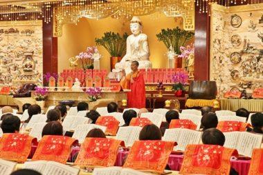 由於參加梁皇寶懺法會人數極多,排班費時,香港佛光道場住持永富法師在第一晚法會只能作精要的儀軌說明。(人間社記者黃偉強拍攝)