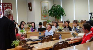 香港佛光山大辭典英譯團隊領導劉家發師兄,向蘭卡斯特教授解釋翻譯條目的取捨原因。