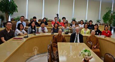 學無止境,(最前由右至左) 覺毓法師,蘭卡斯特教授,知悅法師。(人間社記者張祖華拍攝)