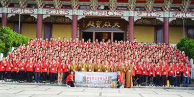 香港佛光道場住持永富法師帶領8位法師及280多名義工回總本山尋根,大雄寶殿前留下足印。(人間社記者張祖華拍攝)