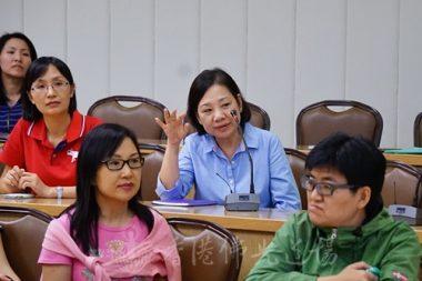 楊道瑩分會會長就在緬甸見到的佛塔向蘭卡斯特教授請教。(人間社記者黃慧莊拍攝)
