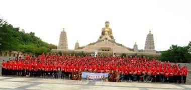 與佛陀紀念館大佛珍貴的合照。(人間社記者張祖華拍攝)