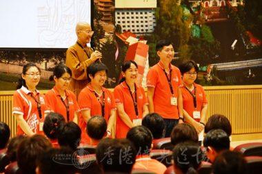 香港佛光道場住持永富法師介紹後勤功臣,六位培訓組代表。(人間社記者張祖華拍攝)