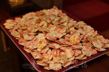 法會結束後派送的平安符,來自佛光山水陸法會佛前供奉的六字大明咒,提示信眾的身口意都要趨向光明善美。(人間社記者黃偉強拍攝)