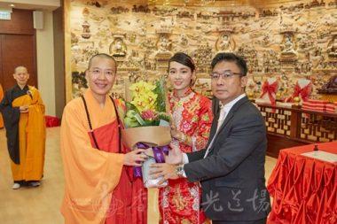 新人致送花束給主禮證婚人,香港佛光道場住持永富法師。(人間社記者李翰誠拍攝)