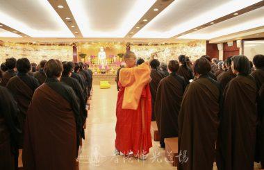 香港佛光道場住持永富法師灑淨壇場,並讓信眾透過儀式,內心建立神聖的空間。(人間社記者黃偉強拍攝)