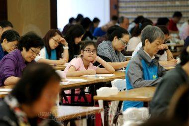 初級組鄧瑋華,「這題我讀過的,但不是很熟,好像是.....」。(人間社記者周冠球攝)