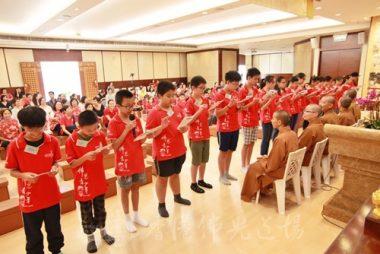 青少年班學員讀誦誓願文,願身口意發光,銳意行善。(人間社黃偉強拍攝)