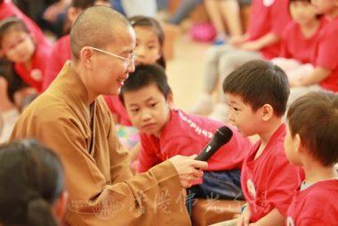 兒童班學員接受香港佛教道場住持永富法師的訪問,認真講述未來的志向。(人間社黃偉強拍攝)