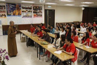 新進義工聆聽香港佛光道場住持永富法師開示,了解義工服務的原則。(人間社記者 姚承東拍攝)