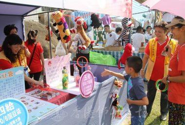 香港協會蓮華分會透過攤位遊戲讓小朋友認識三好、四給、五和的概念。(人間社記者葉偉炳拍攝)