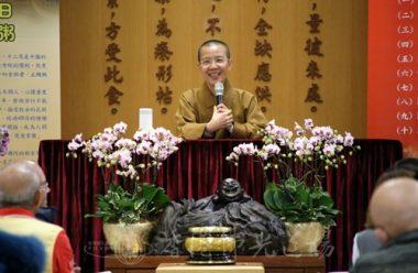香港佛光道場住持永富法師提示歡喜參與的義工,派送臘八粥時要有多些笑容。(人間社記者陳樂賢拍攝)