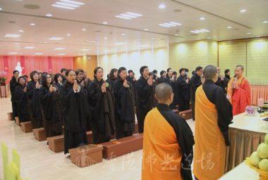 香港佛光道場住持永富法師帶領齋主代表在往生壇回向。(人間社記者葉偉炳拍攝)