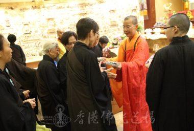 住持永富法師派發參加法會的台灣信徒結緣的點心。(人間社記者葉偉炳拍攝)