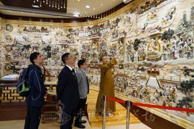 香港佛光道場住持永富法師解說大殿的經變圖,「東方琉璃淨土是與現世的幸福安樂有關」。(人間社記者張祖華拍攝)