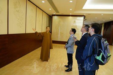 校長們聆聽住持永富法師講解牆上的觀世音菩薩手印。(人間社記者張祖華拍攝)