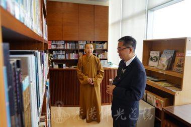 住持永富法師帶領參觀圖書館,鍾佛成校長對收藏的佛教書籍甚感興趣。(人間社記者張祖華拍攝)