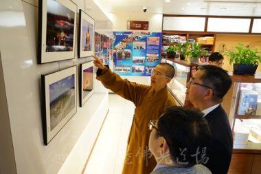 住持永富法師講解走廊上的照片,除了展示道場活動之外,也包括佛光山和佛陀紀念館的活動。(人間社記者張祖華拍攝)