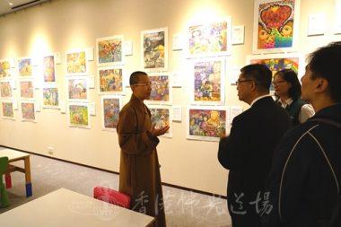 參觀「2016香港佛光三好小畫家美展」,住持永富法師歡迎校長鼓勵學生日後參加。(人間社記者張祖華拍攝)